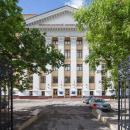 Московский международный университет находится в пешей доступности от двух станций метро Белорусская и Динамо, размещается в просторном и современном здании, выходящем фасадом на Ленинградский проспект.