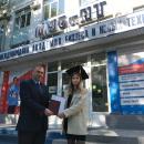 Проректор по учебной работе вручает диплом выпускнице заочной формы обучения.