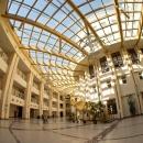 Атриум - рекреационная зона, соединяющая основное здание университета и трехэтажную пристройку. Стеклянная крыша обеспечивает доступ естественного света. Помещение декорировано живыми растениями.