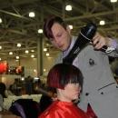 студент-парикмахер на конкурсе профессионального мастерства