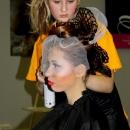 студентка-парикмахер во время обучения, практика
