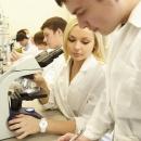 студенты-товароведы во время учебных занятий по экспертизе товара