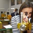 студентка Производственного отделения во время практики по огранке алмазов