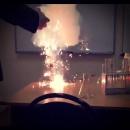 На уроке химии: эксперимент по сжиганию алюминия на воздухе.